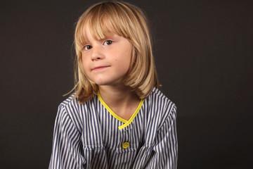 Niño rubio con bata de colegio