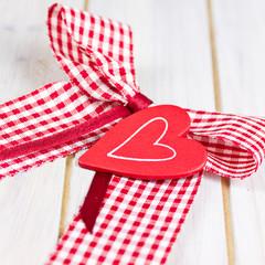 Schleife mit rotem Herz