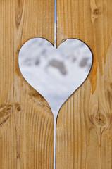 Coeur en bois, fond neige