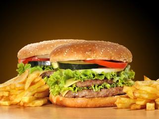 Dos hamburguesas con patatas.
