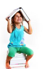 Kind mit dem Buch über Kopf