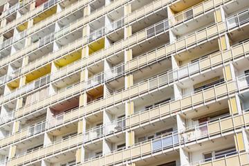 sanierungsbedürftiger Wohnblock in Dresden