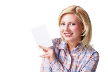 junge blonde Frau mit Zettel als Werbefläche