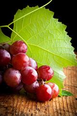 uva rossa - grappolo con foglia