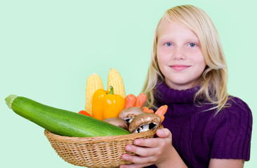 Mädchen mit Frischem Herbstgemüse