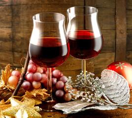 bicchieri di vino rosso uva e decorazioni