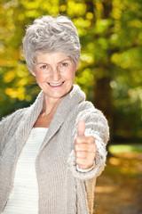 positive ältere frau