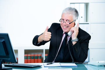 erfolgreicher seniorchef am telefon