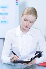 geschäftsfrau beim schreiben