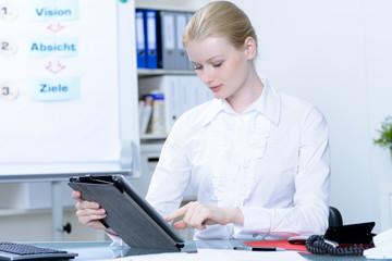 junge geschäftsfrau arbeitet mit ihrem tablet pc