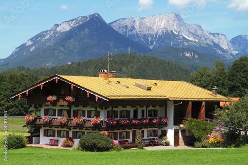 Haus in den Alpen mit Bergen