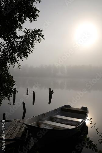 mgliste-jezioro-mistyczne-ciszy