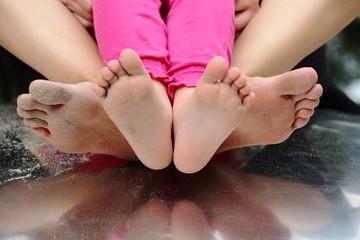 Mutter mit Tochter auf Spielplatz