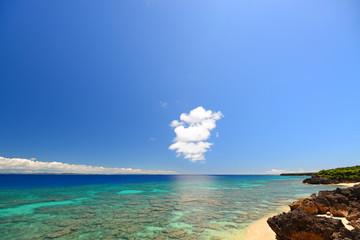 沖縄の美しいサンゴの海と夏空