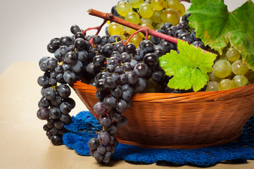 Grapes in the basket, uva nera e bianca nel cestino