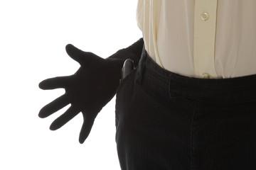 femme pickpocket volant un portefeuille