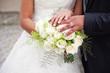 Brautpaar Eheringe und Strauß