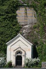 Kapelle vor einer Felswand