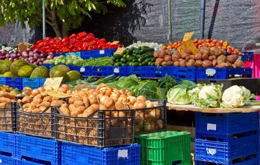 Marktstand mit frischem Gemüse