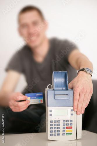 Mann hält Kartenleser
