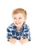 Kleiner Junge welcher verschmitzt lächelt