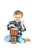 Kleiner Junge am trommeln