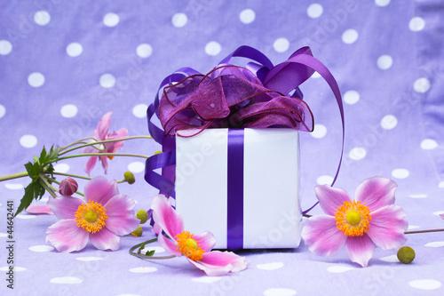 kleines Geschenk mit Blüten