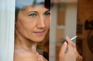 donna sigaretta fumo relax