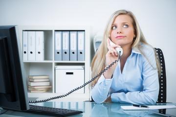 angestellte telefoniert unmotiviert