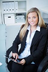 geschäftsfrau mit touchbook beim meeting