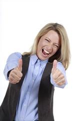 Blonde Frau im Business  Outfit mit  Daumen hoch