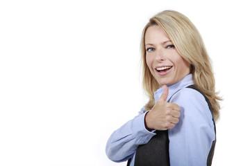 Blonde Frau im Businessoutfit mit  Daumen hoch