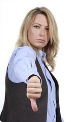 Blonde Frau im Bürooutfit mit Daumen unten