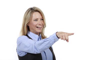 Blonde Frau im Bürooutfit zeigt nach vorne