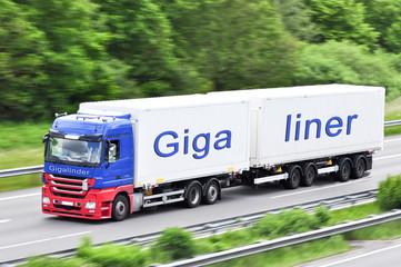 Gigaliner Langer LKW auf der Autobahn