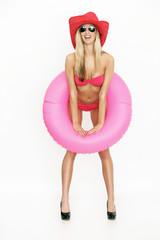 Frau im Bikini und Schwimmreifen
