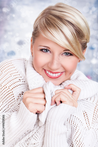 junge blonde Frau in Herbst- / Winterkleidung