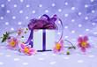 Geschenk dekoriert mit Blumen