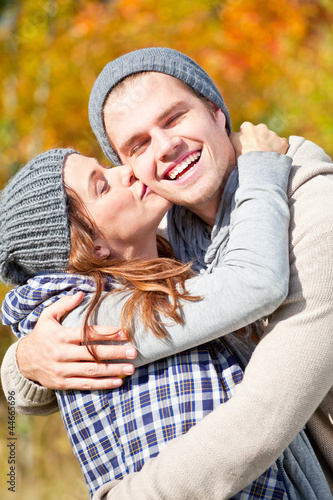 kuss im herbstwald paar