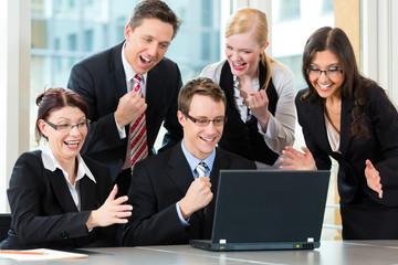 Business - Besprechung von Geschäftsleuten in einem Büro