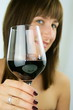 Junge Frau mit Rotweinglas