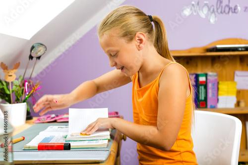 Familie - Kind macht Hausaufgaben