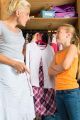 Familie - Kind mit Mutter vor Kleiderschrank