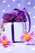 Geschenk mit Blumen - Hochformat