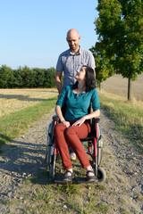 Mann und Frau im Rollstuhl