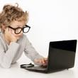 schlauer Junge sucht am Computer