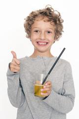 kleiner Junge mit Getränk