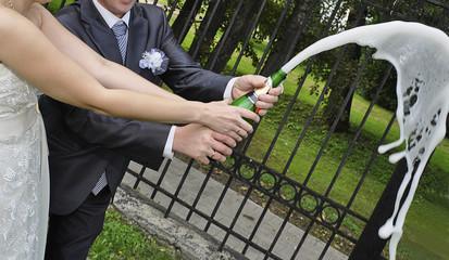 newlyweds open champagne