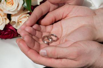 Ringe in den Händen vom Brautpaar