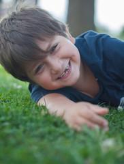 bambino che si rotola nell'erba